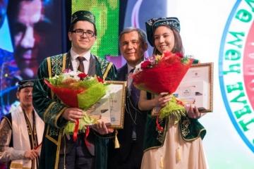 Казанда татар теле һәм әдәбияты буенча Халыкара олимпиада җиңүчеләрен бүләклиләр